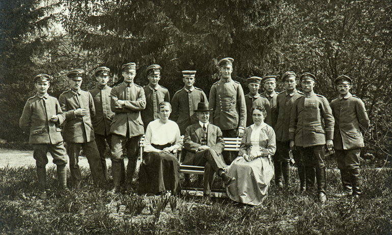 Head of the banknote printing works, E. Tilgmann and his family with some German soldiers.  National Board of Antiquities and Historical Monuments.
