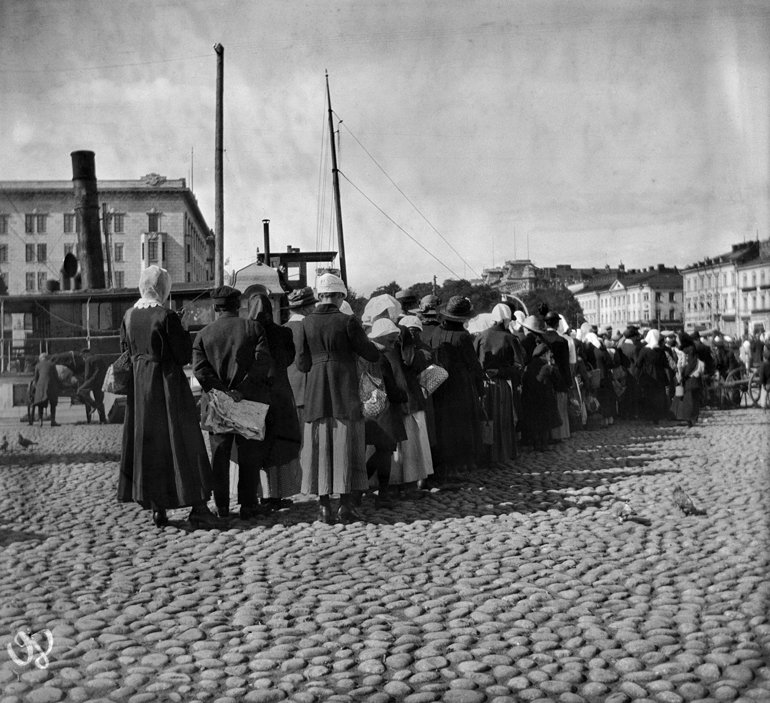 Queuing for potatoes on Helsinki market square in summer 1918.   National Board of Antiquities and Historical Monuments.